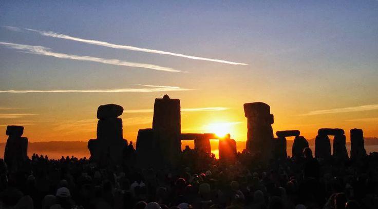 stonehenge auringonnousuun